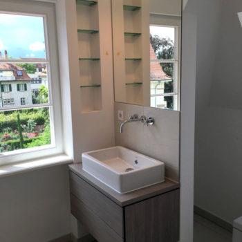 Maßgescheidertes-Badmöbel-perfekt-in-die-Platzverhältnisse-integriert