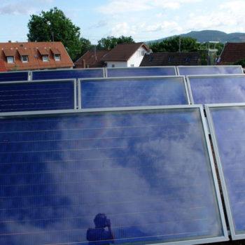 Thermische-Solaranlage-zur-Trinkwassererwärmung-und-Heizungsunterstützung